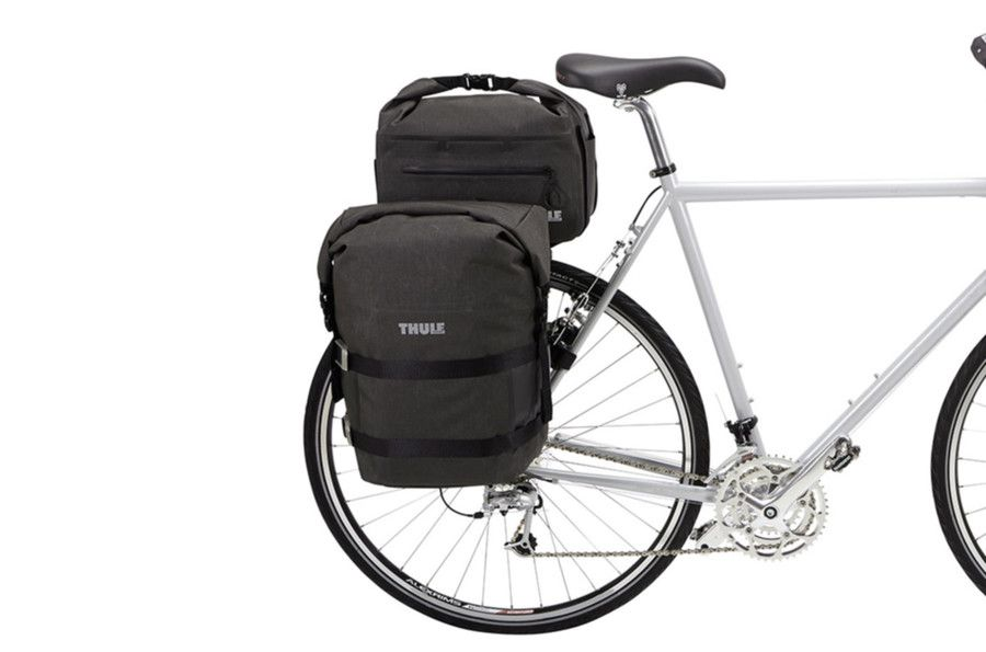 100055_trunkbag_black_onbike_sized_900x600